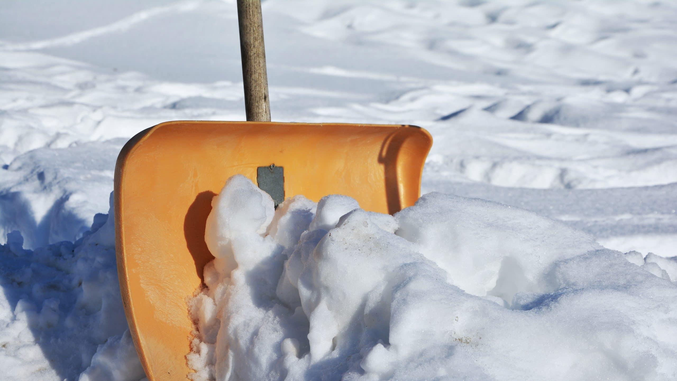 Es ist eine lästige Aufgabe, die aber jeder Hausbesitzer machen muss. Beauftragen Sie uns damit und sparen Sie sich das Schneeräumen in der Auffahrt